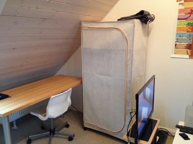 Schreibtisch, Stuhl und Schrank